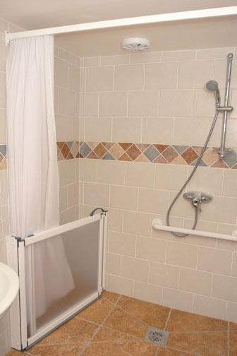 Yr-hen-stablau-shower-room